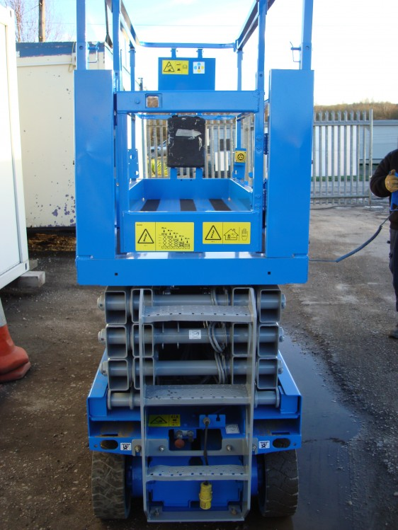 Side profile of the Genie Blue Scissor Lift